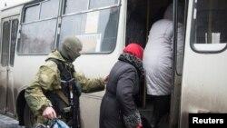 Բնակիչները լքում են Դեբալցևո ավանը, որը ռուս անջատականները փորձում են գրավել, 3-ը փետրվարի, 2015թ.