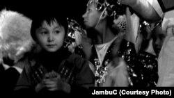 """Бишкектеги кавказ элдеринин """"Лезгинка"""" кароосунун кичинекей катышуучусу, 2012-ж."""