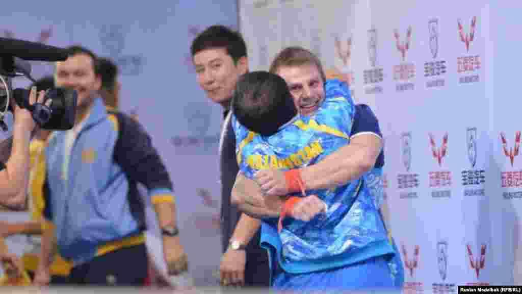 Кирилл Павлов принимает поздравления от своего тренера Алексея Ни. Алматы, 12 ноября 2014 года.