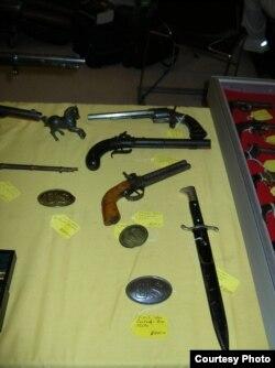 Посредине стола - пара дульнозарядных пистолетов, на покупку которых тоже нужно специальное разрешение