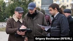 Активисты Владислав Рязанцев и Павел Нагибин (держат в руках бумаги) были задержаны ростовской полицией накануне эстафеты