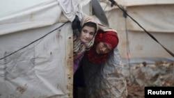 نازحتان سوريتان في مخيم الكرمة بشمال إدلب