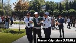 Полиция көшеге келген адамдардың бірін ұстап жатыр. Алматы, 9 мамыр 2019 жыл.