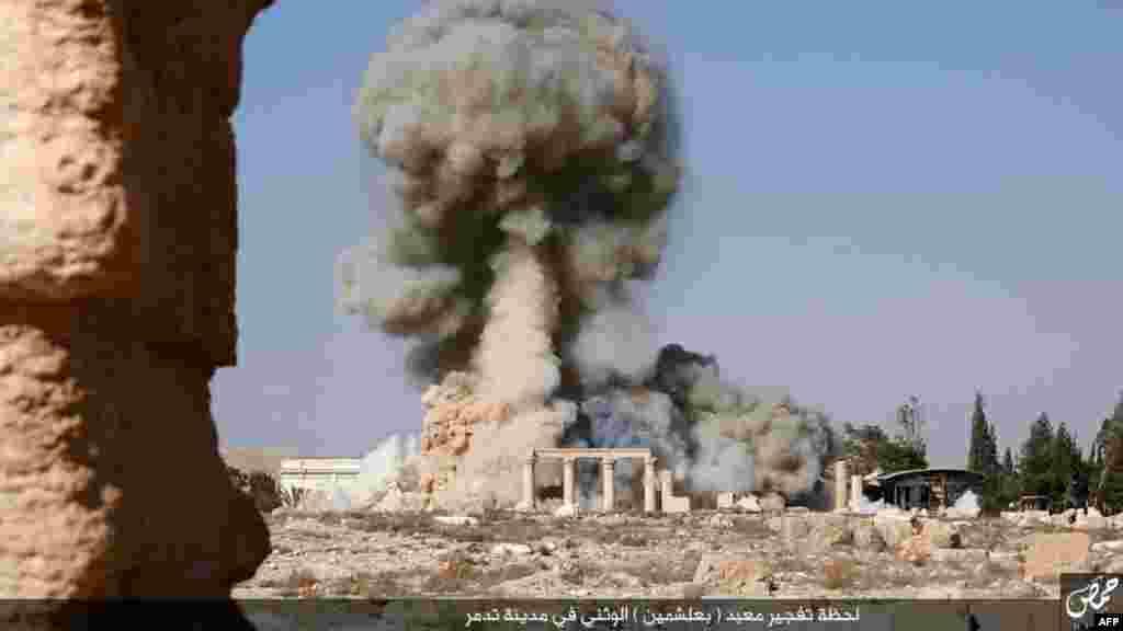 На цьому кадрі, знятому, ймовірно, бойовиками, видно дим, що піднімається з району храму Баал-Шамін. Знімок датований кінцем серпня – початком жовтня