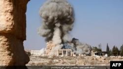 Кадр видеозаписи, на которой, предположительно, запечатлено разрушение храма Баал Шамин в Пальмире, Сирия.