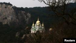 Вид на церковь Святого Архангела Михаила в Крыму