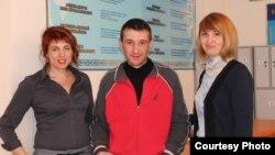 Расим Байрамов и его представители в суде: адвокат Снежанна Ким (слева) и руководитель Костанайского областного филиала Казахстанского бюро по правам человека Анастасия Миллер. Костанай, 12 февраля 2015 года.