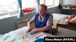 Андрей Лялин, инвалид по зрению первой группы, на курсах войлоковаляния. Темиртау, 11 июля 2016 года.