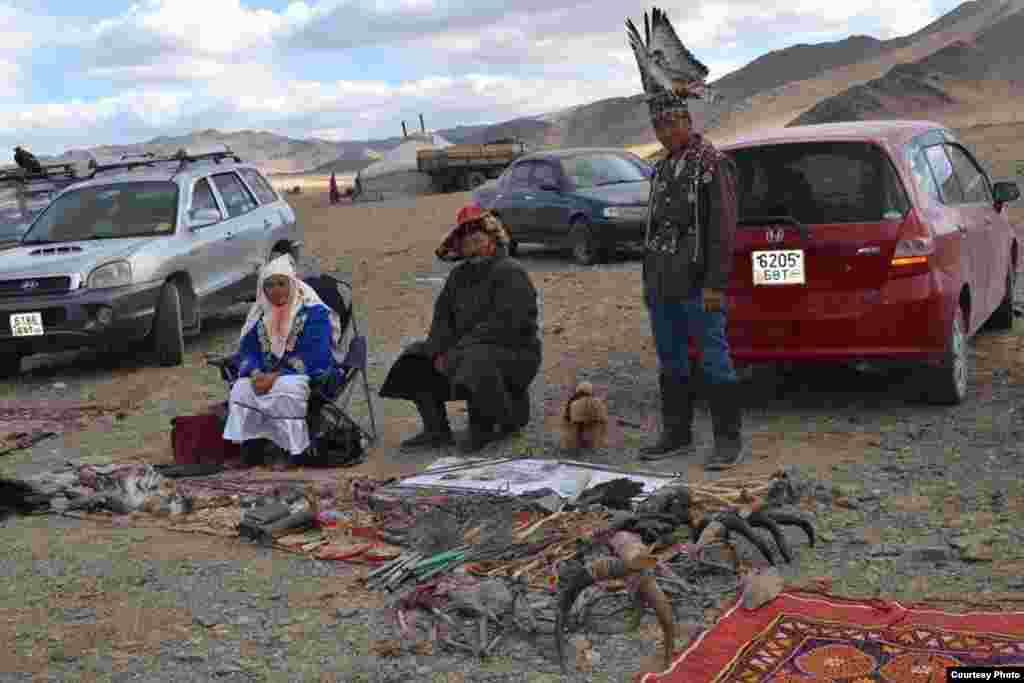 Аңшылық, саятшылық бұйымдарын сатып тұрған адамдар. 5 қазан, 2014 жыл. Моңғолия. Баян-Өлгий аймағы.