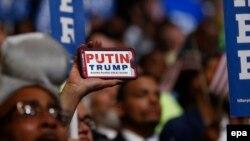 """Один из делегатов съезда Демократической партии США держит в руках лозунг """"Путин Трамп"""" (Филадельфия, 28 июля 2016 года)"""