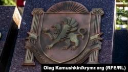 Изображение крымского герба, установленное в Симферополе в 2014 году (иллюстрационное фото)
