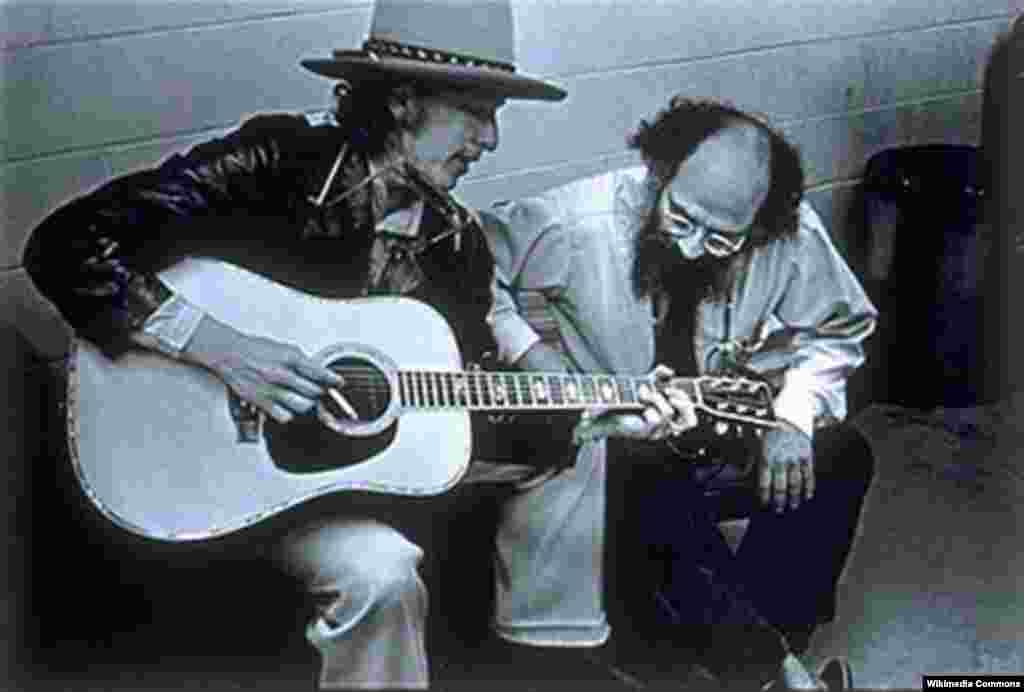 Bob Dylan with Allen Ginsberg on the Rolling Thunder Revue in 1975.
