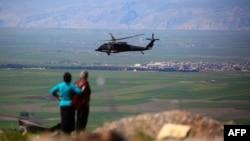 Helikopter i koalicionit që udhëheq SHBA-ja në qytetin sirian Derik, 25 prill 2017