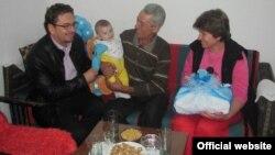 Градоначалникот на Прилеп, Марјан Ристески во посета на семејството Трајкоски во Беловодица.