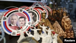 Сирия президенті Башар әл-Асад пен Ресей президенті Владимир Путин бейнеленген сувенир табақтар. Сирия, Дамаск, 8 ақпан 2016 жыл.