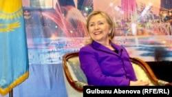 Хиллари Клинтон үкіметтік емес ұйымдар өкілдерімен кездесуде. Астана, 30 қараша 2010 жыл.