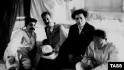 Сталин (слева) и соратники: Алексей Рыков, Григорий Зиновьев и Николай Бухарин. Все трое были расстреляны в 1936-38 годах