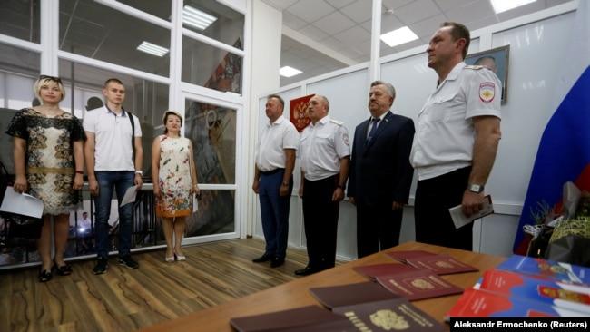Мешканці окупованої частини Донбасу отримують російські паспорти в міграційному управлінні МВС РФ, Ростовська область, 14 червня 2019 року