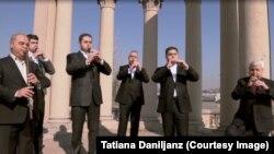 Дживан Гаспарян с группой, кадр из фильма