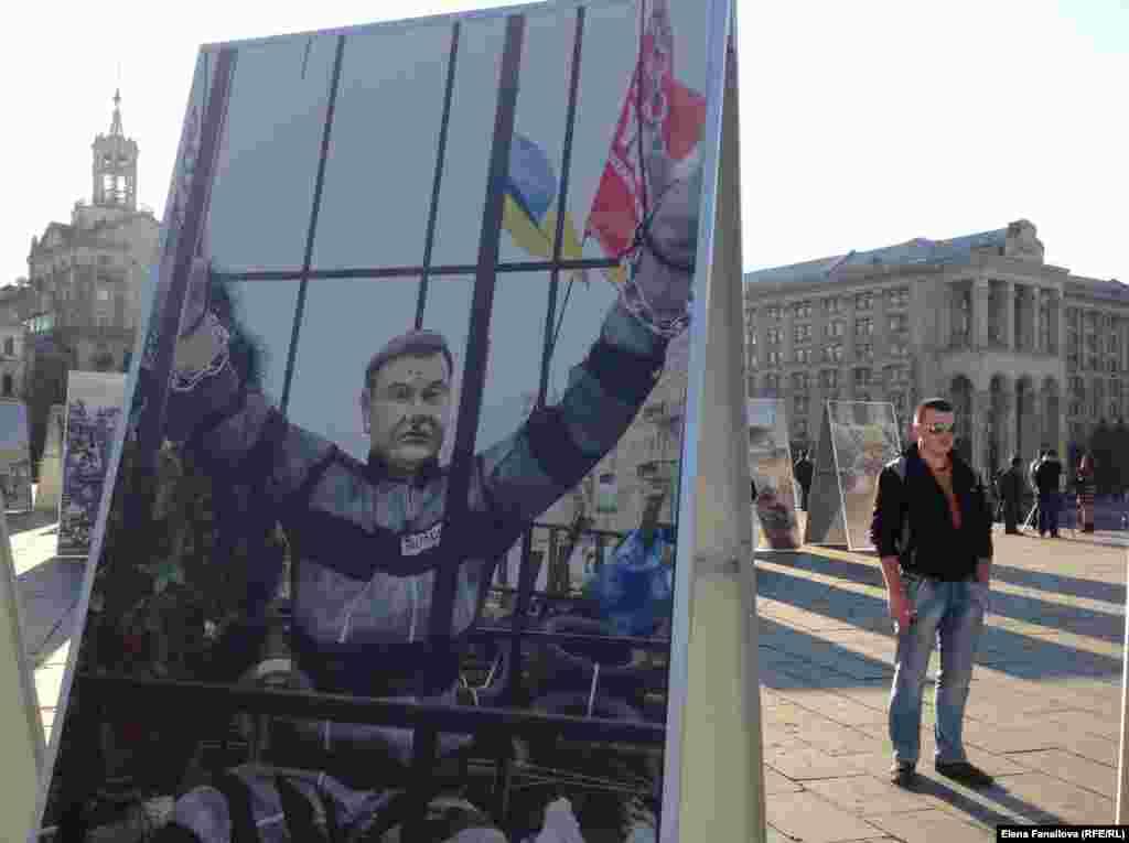Майдан Незалежности, уличная выставка политической фотографии. Ее темы - Майдан и поддержка армии