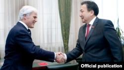 Десмонд Свейн жана Асылбек Жээнбеков. Бишкек. 19.02.2016-жыл.