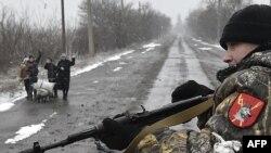 Гражданские лица на дороге в шести километрах к юго-западу от Дебальцева, 9 февраля 2015 года.