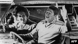 АҚШ президенті Рональд Рейган мен Ұлыбританияның премьер-министрі Маргарет Тэтчер. АҚШ президентінің қала сыртындағы (Мэриленд штаты) резиденциясы - Кэмп-Дэвид, 22 желтоқсан 1984 жыл.