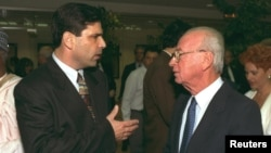 گونن سگو (چپ) در حال گفتوگو با اسحاق رابین، نخستوزیر سابق اسرائیل.