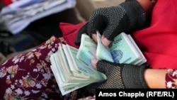 Женщина считает деньги на базаре Бухары, Узбекистан. Иллюстративное фото.