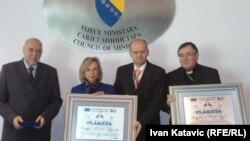 Dobitnici prizanja, veleposlanici Miroslav Mojžita i Urlike Maria Knotz, te kardinal Vinko Puljić na uručivanju priznanja, Sarajevo, maj 2012.