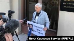 Олег Орлов на пикете в поддержку Оюба Титиева