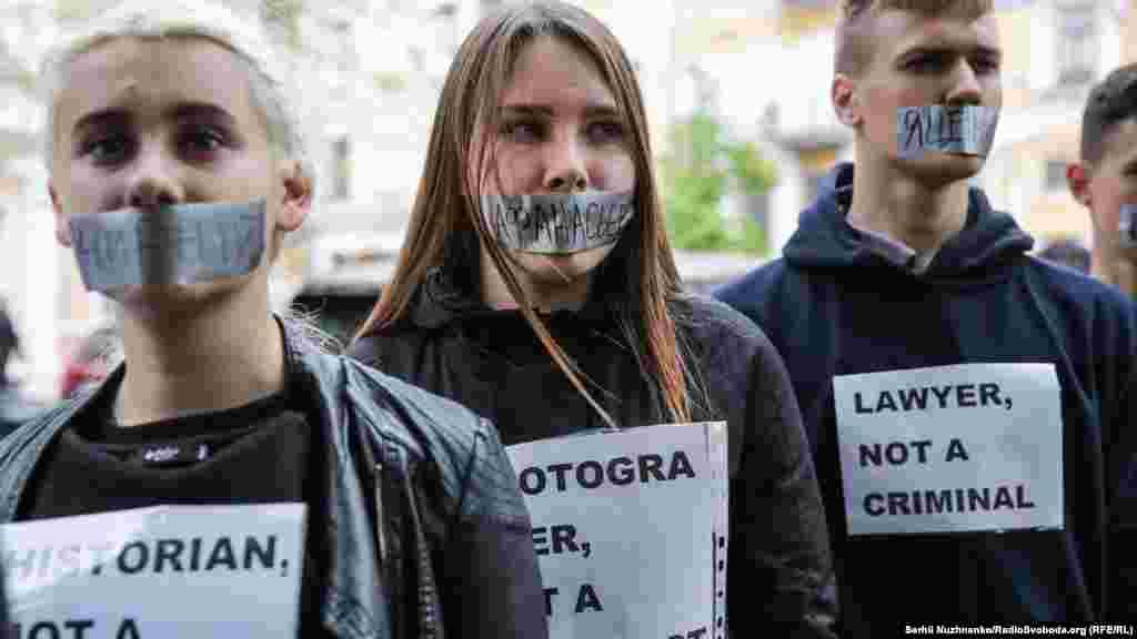 На заклееных скотчем ртах активистов – фамилии украинских узников Кремля