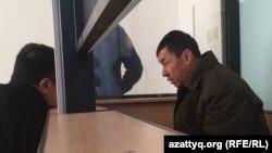 Автобус жүргізушісі, күдікті Нұржан Қырғызбаев Ақтөбе облысының сотында отыр. 26 қаңтар 2018 жыл.