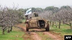 Бойова машина сирійського угруповання «Хаят Тахрір аш-Шам» із його прапором, архівне фото