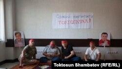 Сторонники лидера партии «Ата Мекен» Омурбека Текебаева и экс-посла КР в Южной Корее Дуйшенкула Чотонова.