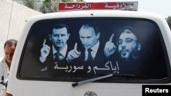 پوستری پشت یک خودرو در سوریه که تصاویری از رهبر حزبالله لبنان و رئیسان جمهوری سوریه و روسیه را نشان میدهد