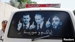 Плакат із зображенням президента Сирії Башара Асада (л), президента Росії Володимира Путіна (ц) й ліванського лідера «Хезболли» Сайеда Хасана Насралли, Сирія, 26 травня 2014 року