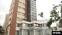 На третьому поверсі тамтешньої 7-поверхівки розташована кіпрська філія вже державного «Приватбанку»