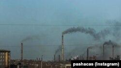 Дымящие трубы металлургического комбината в Темиртау. Иллюстративное фото.
