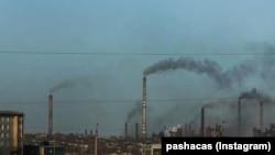 Дымящие трубы металлургического комбината в Темиртау.