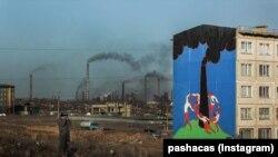 Теміртаудағы бес қабатты үйдің қабырғасына салынған граффити. Оны алматылық суретші Паша Кас салған