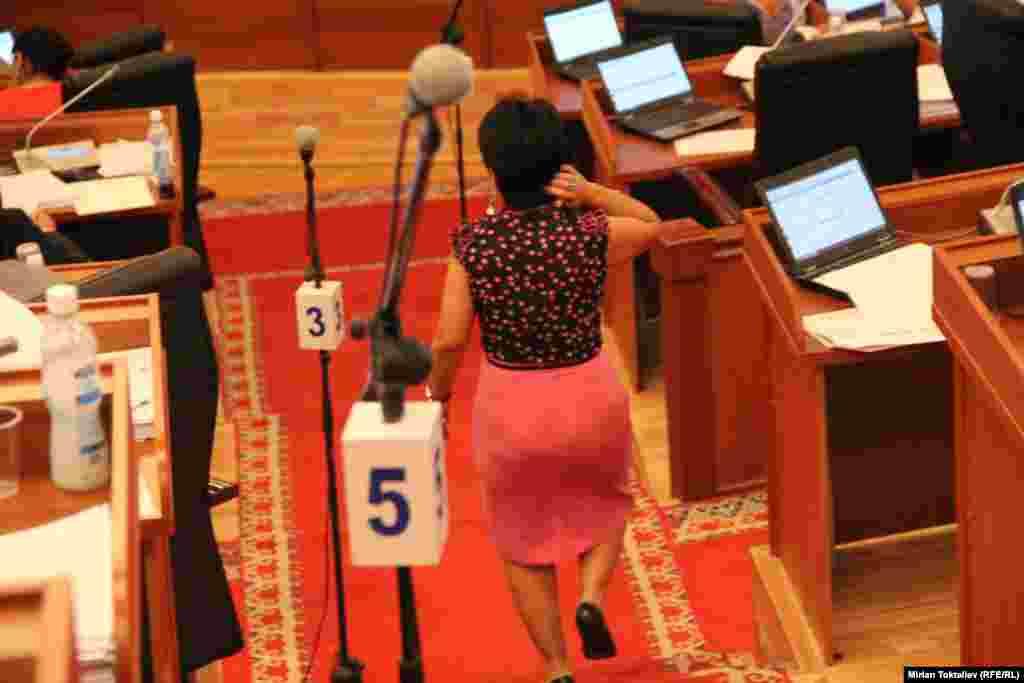 Парламент КР ввел дресс-код для журналистов
