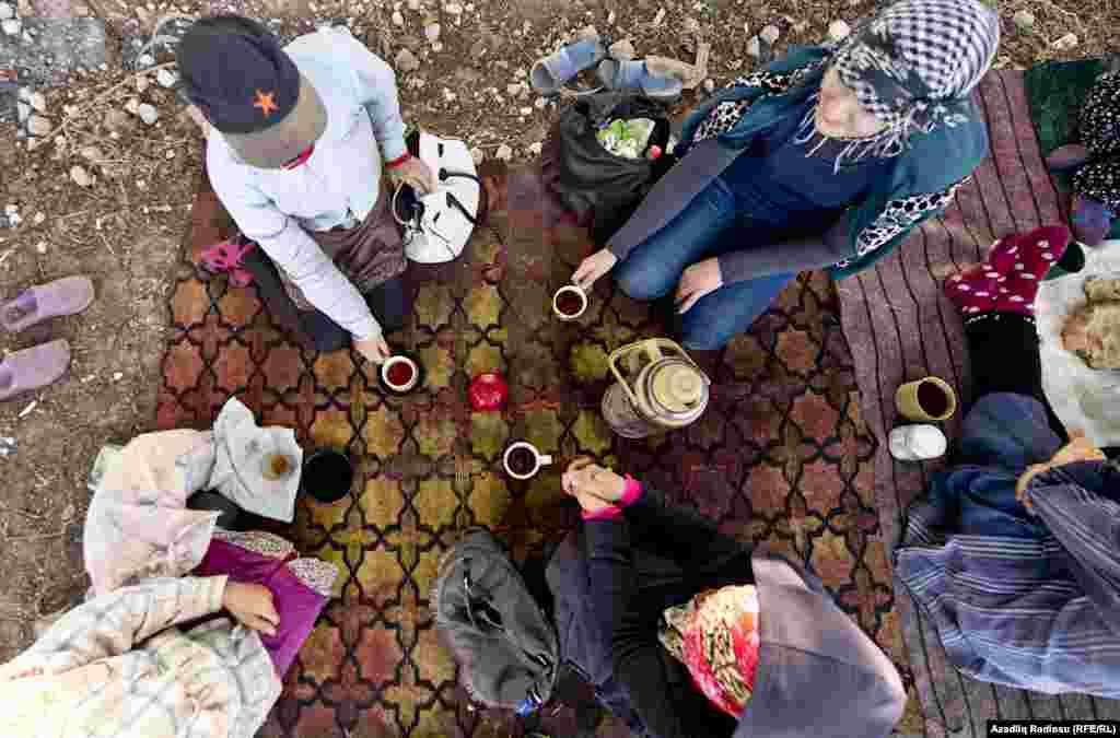 Время чайного перерыва зависит от температуры погоды и за это время обычно обсуждаются домашние проблемы.