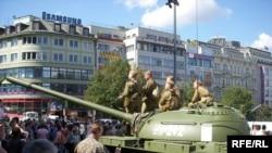 Некоторые туристы не знают, с чем связаны памятные мероприятия в Чехии 21 августа. Они гадают, зачем здесь танк?