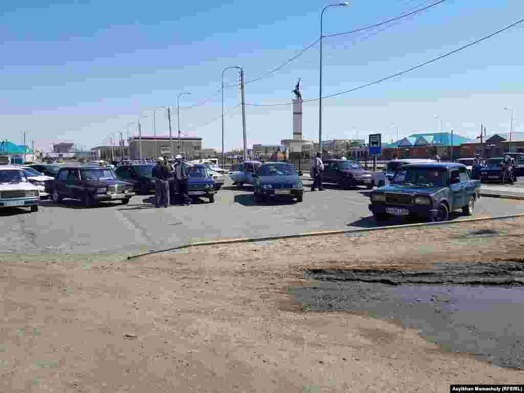 Таксисты в ожидании клиентов в центральной части Арала.