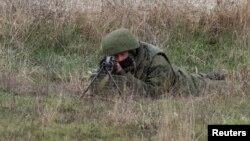 Російський військовий біля аеропорту Бельбек у Криму, 4 березня 2014 року