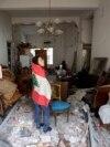 George Abdo, în vârstă de 58 de ani, pozează în apartamentul său distrus, după explozia de marți din portul Beirut, Liban.