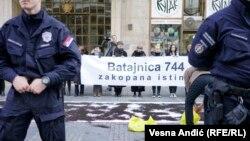 Javnost u Srbiji je bila u neverici kada je početkom 2000-ih godina obelodanjeno postojanje masovne grobnice u Batajnici (Fotografija: Aktivisti u Beogradu podsećaju na zločin u Batajnici, 2019.)