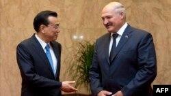 Беларусь президенті Александр Лукашенко Қытай премьер-министрі Ли Кэцянмен кездесіп тұр. Бейжің, 17 шілде 2013 жыл