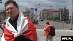 Аляксей Шыдлоўскі падчас беларускага пікету ў Празе, травень 2009